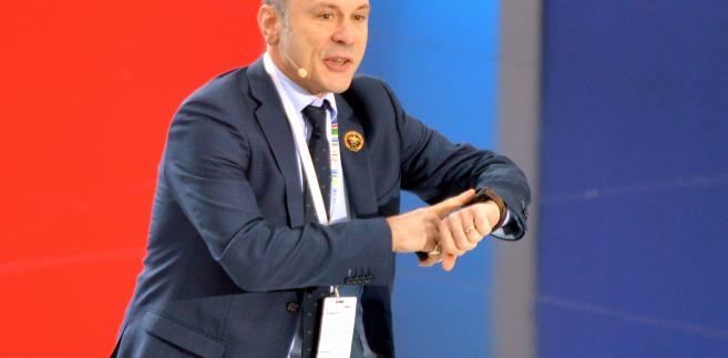 Wokalista zespołu Iron Maiden i właściciel firmy zajmującej się serwisowaniem samolotów pasażerskich - Bruce Dickinson