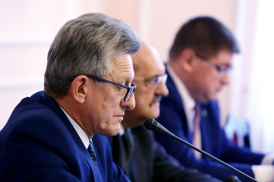 Prezydium komisji: przewodniczący, poseł PiS Stanisław Piotrowicz podczas posiedzenia sejmowej Komisji Sprawiedliwości i Praw Człowieka