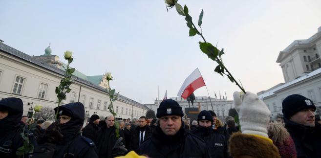 W poniedziałek sekcja prasowa Sądu Okręgowego w Warszawie poinformowała PAP, że sąd ten po rozpoznaniu zażalenia policji 30 sierpnia uchylił postanowienie sądu I instancji umarzające postępowanie.