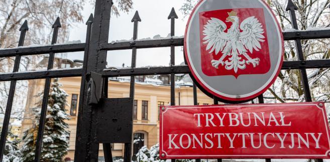 TK przedstawił zestawienie kosztów na zakup rocznych kart sieciowych (na przejazdy PKP w granicach Polski), uprawnień do zniżki na przejazdy PKP z ulgą 50 proc. oraz miesięcznego czynszu za najem mieszkań dla sędziów TK mieszkających poza Warszawą.