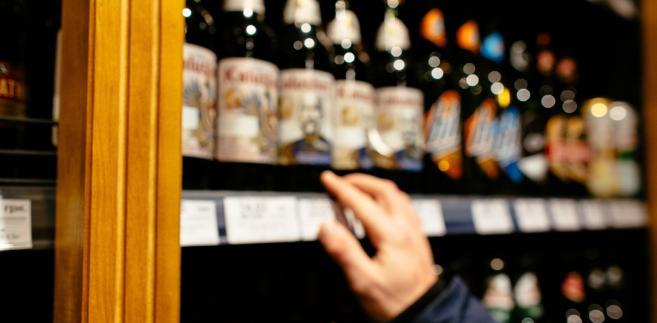 Eksponowanie w oszklonej witrynie sklepowej nazw napojów alkoholowych stanowi ich reklamę.