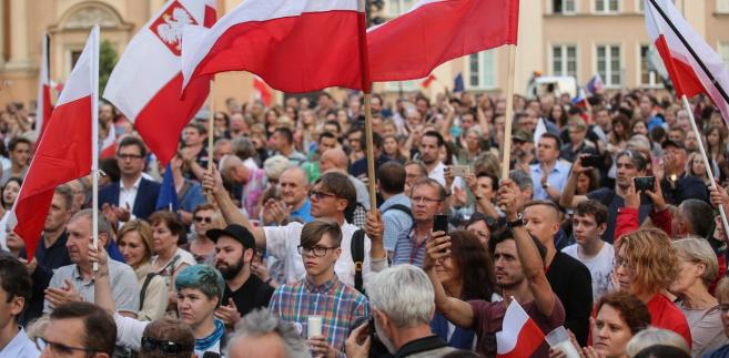 Chodzi o lipcowe wydarzenia, podczas których w wielu miejscowościach w Polsce ludzie gromadzili się i palili tzw. światełko dla sądów
