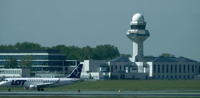 W przypadku przepustowości dróg startowych - jak mówił Szpikowski - maksymalna przepustowość dróg startowych lotniska, po wykonaniu planowanych inwestycji, może wynieść około 50 operacji (startów i lądowań samolotów) na godzinę.