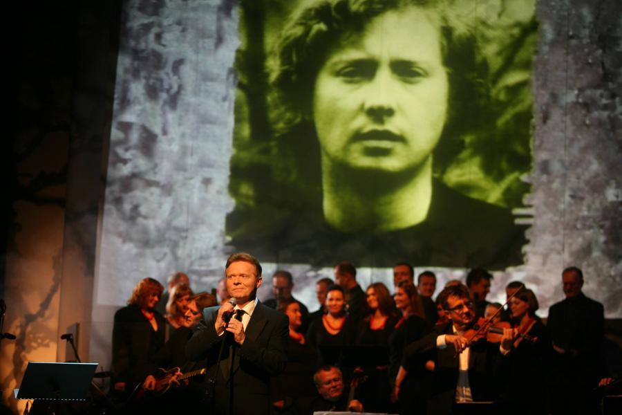 """ROK 2008 - KRAKOW, TEATR IM. J. SLOWACKIEGO , FESTIWAL """" KOROWOD """" - FESTIWAL TWORCZOSCI MARKA GRECHUTY , KONCERT GALOWY """" OCALIC OD ZAPOMNIENIA """" . NZ. MICHAL BAJOR FOT. TOMASZ WIECH / AGENCJA GAZETA"""