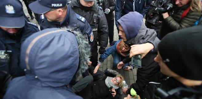 """Interwencja policji w sprawie blokady siedziby Dyrekcji Generalnej Lasów Państwowych w Warszawie przez członków grupy """"Obóz dla Puszczy""""."""