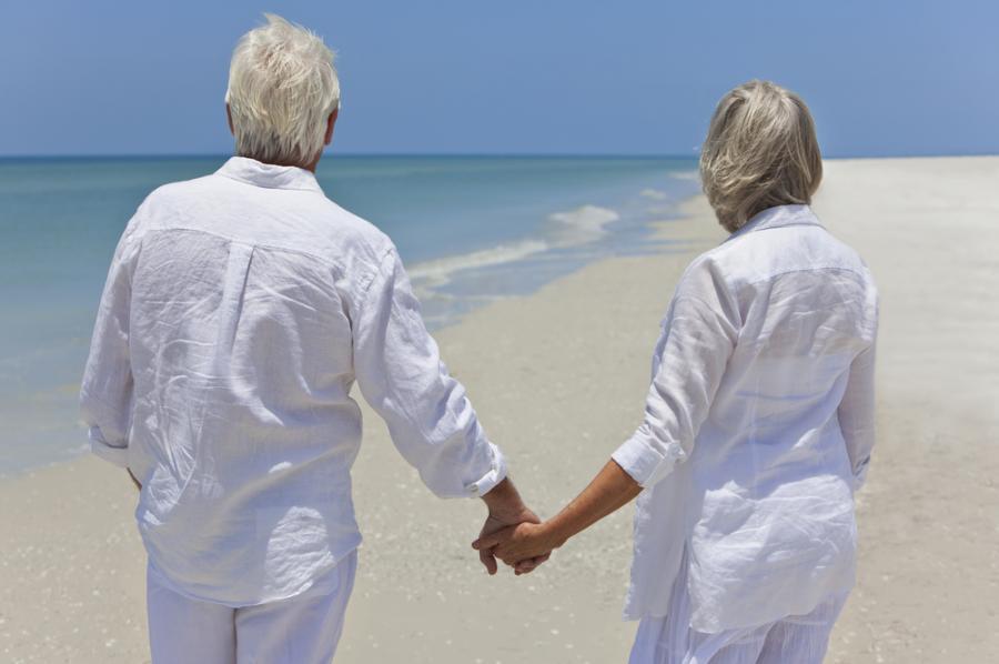 Para seniorów na oceanicznej plaży, mat. shutterstock