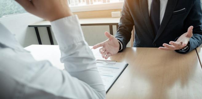 Zarząd związku zawodowego lub jego komitet założycielski ma obowiązek powiadomić pracodawcę na piśmie, kto jest objęty ochroną związkową (wskazując imiona i nazwiska) oraz jak długo ona trwa.