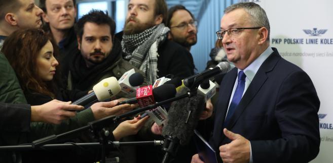 Minister infrastruktury Andrzej Adamczyk podczas konferencji prasowej na temat sprawniejszej komunikacji kolejowej.