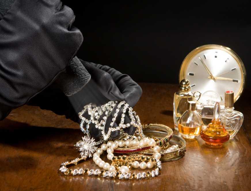 Złodziej, biżuteria Fot. Shutterstock