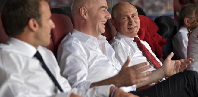 Władimir Putin z prezydentem FIFA i prezydentem Francji podczas meczu Francja-Chorwacja