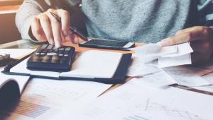 Obowiązek podatkowy przy imporcie wiąże się z powstaniem długu celnego.