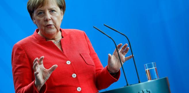 """Jako dowód osłabienia Merkel """"FT"""" przytacza ubiegłotygodniową nominację na przewodniczącego frakcji CDU/CSU w Bundestagu Ralpha Brinkhausa. Ten chadecki polityk wygrał w głosowaniu z protegowanym Merkel - Volkerem Kauderem."""