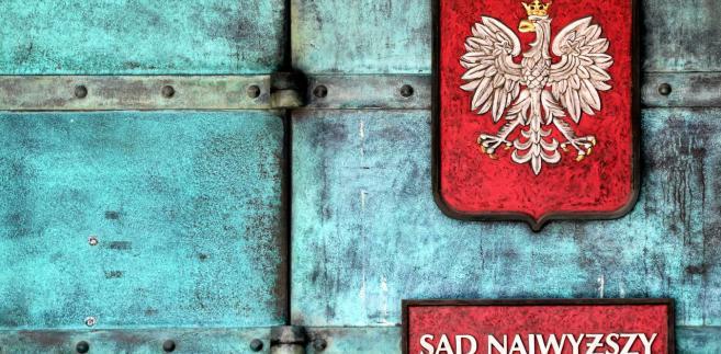 """Póki co władza Pierwszej Prezes Sądu Najwyższego pozostaje nienaruszalna i mam nadzieję, że dzisiaj ogłoszona decyzja KE utrwali ten stan w Polsce, po to tu jesteśmy"""" - powiedział dziennikarzom Paweł Kasprzak z Obywateli RP."""