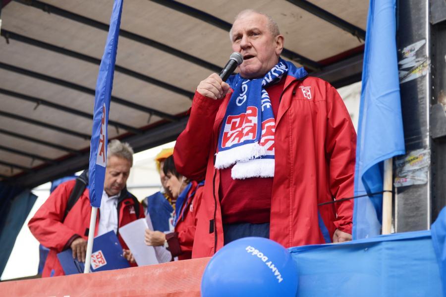 Przewodniczący OPZZ Jan Guz przemawia do protestujących.