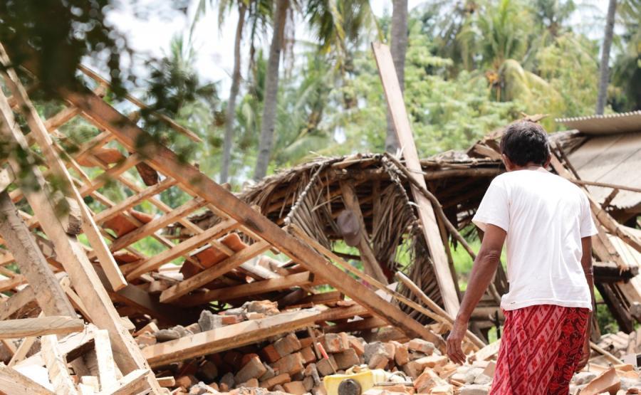 Skutki trzęsienia ziemi w Indonezji.