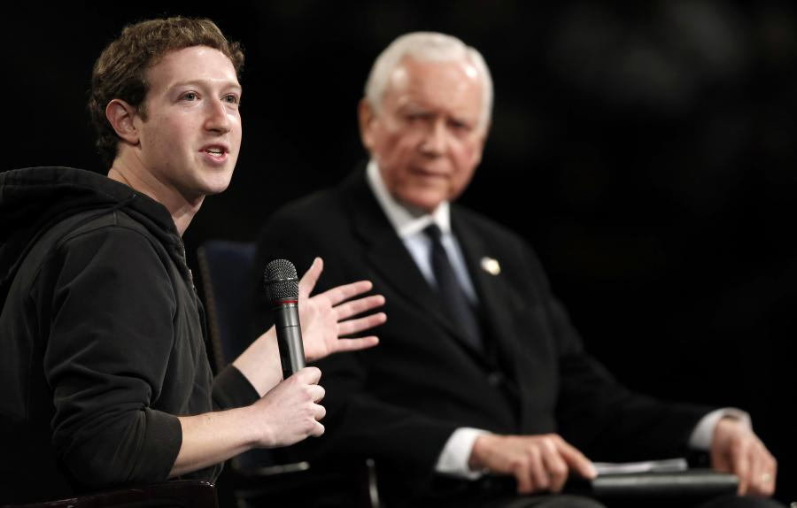 Mark Zuckerberg, założyciel i CEO Facebook Inc. (po lewej), podczas rozmowy z senatorem Orrin Hatch w Brigham Young University w Provo, Utah, USA