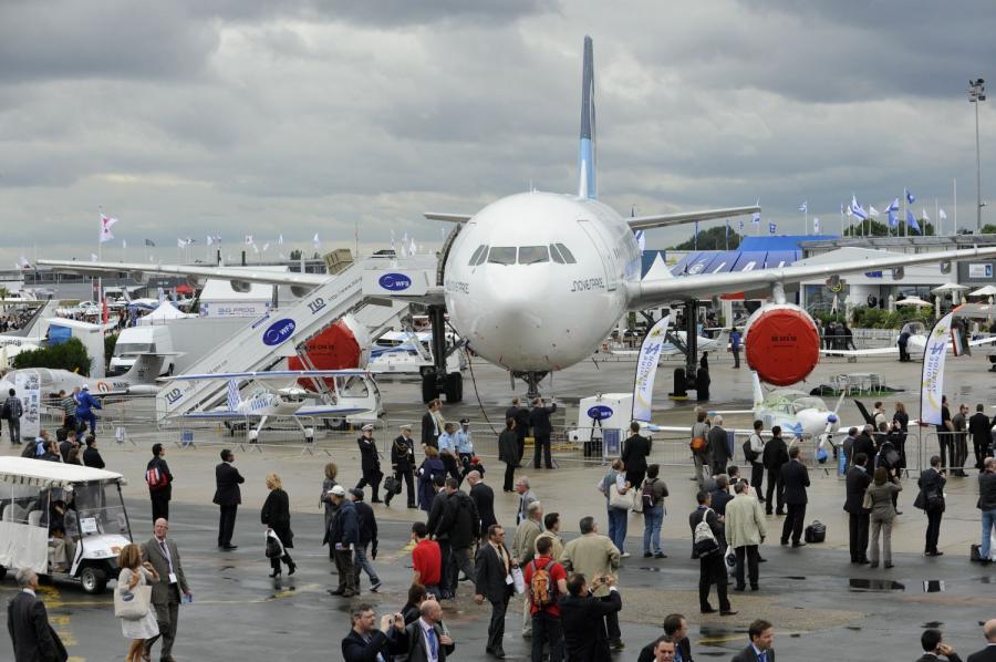 Zwiedzający 49. wystawę Air Paris Show fot. Fabrice Dimier/Bloomberg