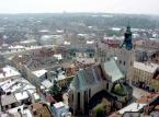 <b>Katedra Łacińska </b><br/>  – warto wiedzieć, że Centrum Lwowa jest wpisane na listę dziedzictwa narodowego UNESCO. W przerwach meczów koniecznie trzeba zobaczyć Rynek, gotycką Katedrę Łacińską czy Cmentarz Orląt Lwowskich. W wolnym czasie można także zajrzeć do Muzeum Starej Broni albo pooglądać stare kamienice, w których na każdym piętrze są tylko 3 okna (od kolejnych trzeba było płacić podatek).