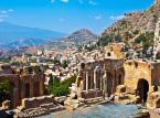 Taormina – niewielka miejscowość leżąca na Sycylii. Miasto rozpościera się na stromych zboczach okolicznych gór. Największym zabytkiem Taorminy jest dobrze zachowany teatr grecki, oraz położony nad miastem zamek.