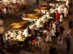 Członkowie VitualTourist zapewniają, że najlepsze marokańskie uliczne jedzenie znajdziemy na głównym placu w Marrakeszu – Djemaa el Fna. Specjalnością tamtejszej kuchni jest pieczona jagnięcina z kaszą kuskus.