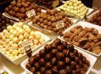 Bruksela – stolica Belgii to idealne miejsce żeby spróbować, jak smakują frytki podawane z majonezem. Jeżeli jednak jesteście fanami słodyczy, w Brukseli będziecie czuć się jak w raju, a wszystko za sprawą uznawanych na świecie belgijskich czekoladek.